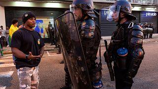 كورونا: بصق على الشرطة بدعوى إصابته بالفيروس.. فكان مصيره الحبس لـ 14 شهرا بجزيرة غوايان