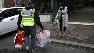 """En Europe, des """"héros solidaires"""" aident les plus démunis à faire face à la pandémie"""
