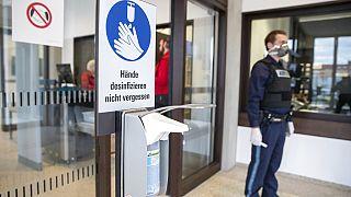 Ein Polizist am Eingang eines Gerichts in Nürnberg, 31. März 2020