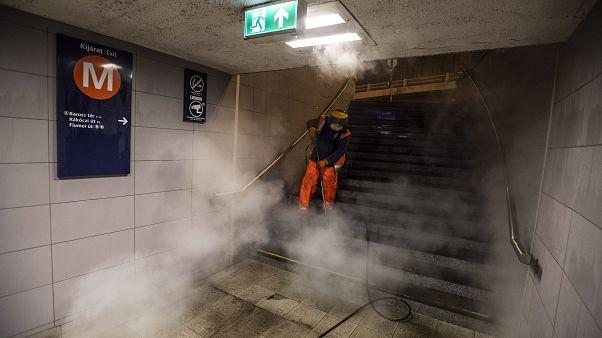Vízsugárral takarítja a Baross téri aluljáró egyik lépcsőjét a Fővárosi Közterület-fenntartó (FKF) Zrt. munkatársa a koronavírus-járvány miatt 2020. április 1-jére virradóan.