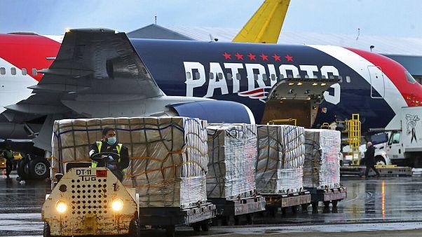 Paletten mit N95-Atemschutzmasken werden am Donnerstag, den 2. April 2020, aus China am Boston Logan International Airport aus dem Privatflugzeug der Boston Patriots geladen.