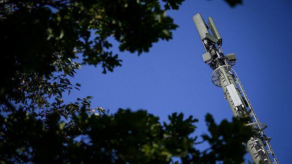 Una antena de red móvil de alta velocidad 5G se muestra cerca de Montpreveyres, en el oeste de Suiza (archivo)