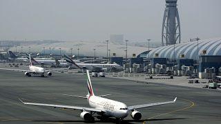 مدرج المطار في مطار دبي الدولي في الإمارات العربية المتحدة