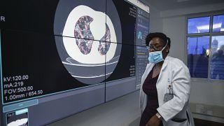 Un médecin devant un écran montrant un exemple de scanner des poumons d'un patient atteint de coronavirus, au Kenyatta National Hospital à Nairobi, Kenya Jeudi 2 avril 2020