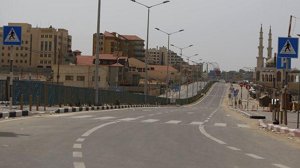 شوارع غزة خالية جراء تفشي فيروس كورونا في العالم