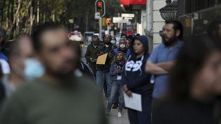 مكسيكيون ينتظر أمام مقر شركة التأمين في العاصمة مكسيكو