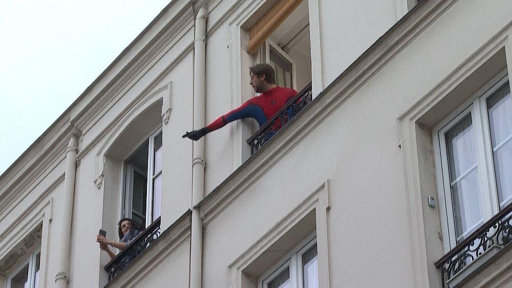 Parisian entretiene a los vecinos con un concurso nocturno durante el parto. 43