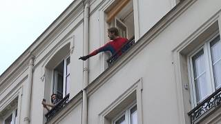"""""""Questions pour un balcon"""", le rendez-vous quotidien des habitants confinés du 11ème à Paris"""