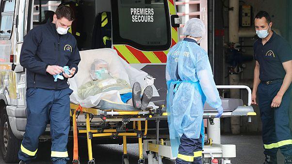 Un patient pris en charge à son arrivé à l'hôpital Henri Mondor à Créteil dans la banlieue de Paris, le 3 avril 2020.