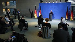 مؤتمر صحفي للمستشارة الألمانية أنجيلا ميركل ببرلين ويظهر فيه الإجراءات المتخذة مع تفشي وباء كورونا