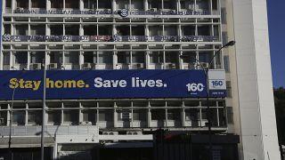 """لافتة معلقة على عرض مبنى في قبرص كتب عليها: """"الزم بيتك، حافط على حياتك"""" - 2020/04/03"""
