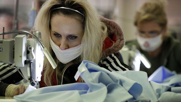İngiltere: Covid-19'a karşı sağlıklı kişilerin maske kullanması gereksiz; önemli olan sosyal mesafe