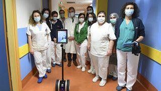 En Italie, les robots viennent en aide aux soignants