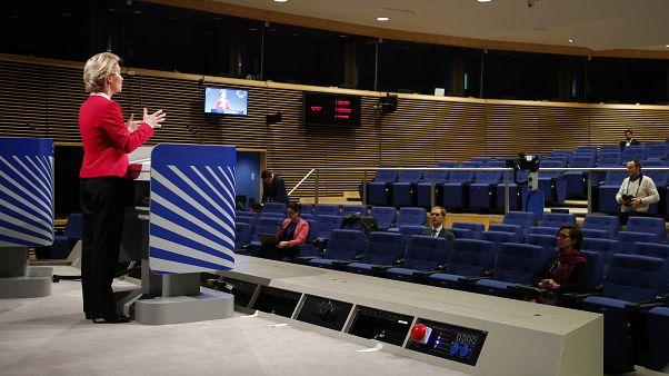 رئيسة المفوضية الأوروبية أورسولا فون دير لين تتحدث خلال مؤتمر إعلامي عن الأثر الاقتصادي لتفشي وباء كوفيد 19