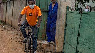 رجل يرتدي كمامة يركب دراجة هوائية في أنتاناناريفو  23 مارس 2020 ، بعد تأكيد أول حالات الإصابة بفيروس كورونا في مدغشقر وتوقف جميع وسائل النقل العام