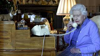 Kraliçe II. Elizabeth Covid-19 salgını sebebiyle Başbakan Boris Johnson ile haftalık görüşmelerini telefonla gerçekleştiriyor.
