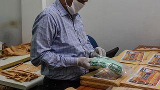 En Inde, blouses et masques sont fabriqués pour le personnel soignant
