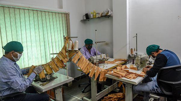 شاهد: تصنيع بزات واقية من فيروس كورونا محلياً في الهند