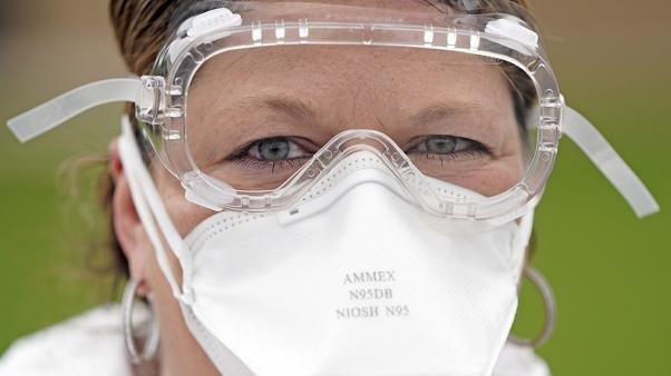 ممرضة تحمل قناعا للوجه في موقع لمكافحة كوفيد-19 في هوستن - 2020/04/02