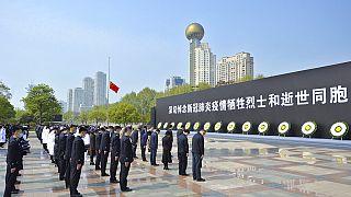 Çin'de Covid-19'dan ölenler için saygı duruşu