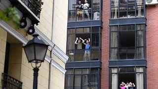 شاهد: إسباني يتزلج في غرفة معيشته بعد أن منعه فيروس كورونا من السفر