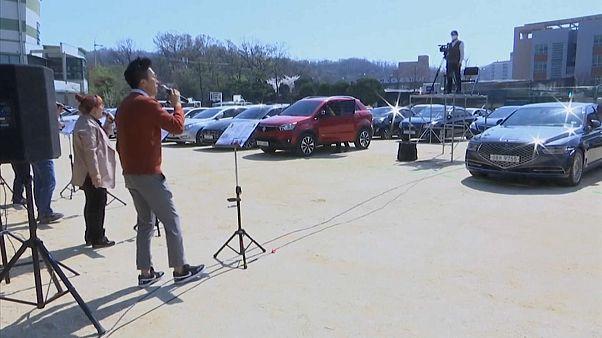 شاهد: كنيسة في كوريا الجنوبية تتيح لأتباعها حضور القداس و الصلاة من السيارات