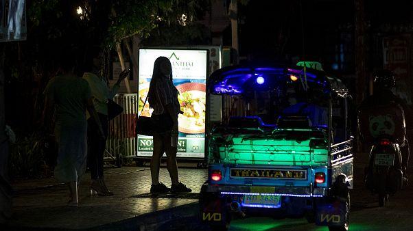 Tayland'da Covid-19 nedeniyle uygulanan gece sokağa çıkma yasağı seks işçilerini vurdu