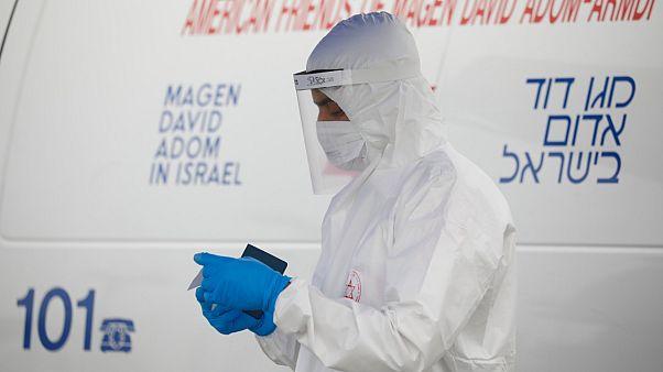 مستشفى إسرائيلي يبتكر طريقة تتيح لعلائلات ضحايا كوفيد 19 إلقاء نظرة أخيرة على أحبائهم