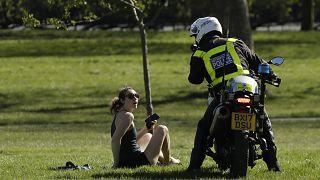 Полицейский просит жительницу Лондона не нарушать карантин.