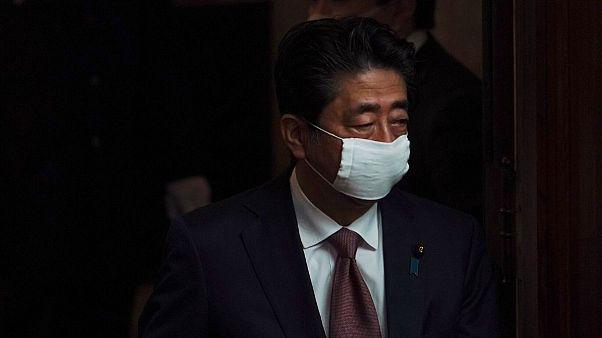 ژاپن با وجود چالش اقتصادی، برای مهار کرونا، وضعیت اضطراری اعلام میکند