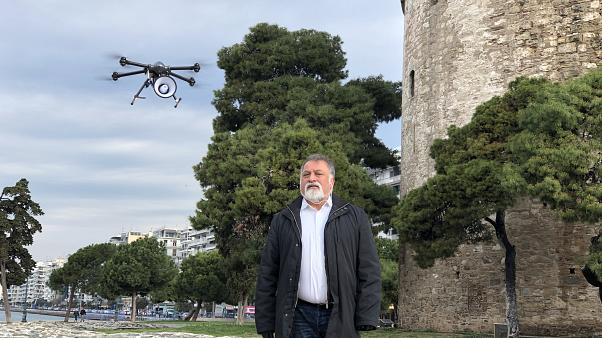 Drone με μεγάφωνο ενημερώνει τον κόσμο στη Θεσσαλονίκη για τον COVID-19