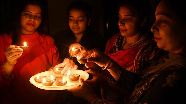 شاهد: تضامن جماعي بالشموع والمصابيح ضد فيروس كورونا في الهند