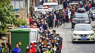 Menschen in Nanning (China) stehen Schlange, um Gesichtsmasken zu kaufen. 29. Januar 2020