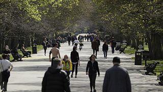 أشخاص يتنزهون في الحدائق العامة بالعاصمة البريطانية لندن متجاهلين قيود التباعد الاجتماعي