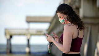 Une femme envoie un message sur son téléphone portable à Tybee Island en Georgie