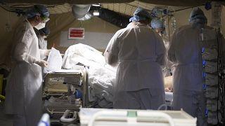 أطباء فرنسيون يعملون داخل مشفى عسكري ميداني م شرقي البلاد