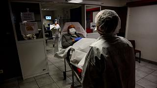 Mais 833 pessoas morreram de COVID-19 em hospitais e lares de idosos em França