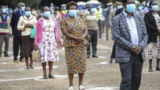 عمّال يصطفّون لتجديد عقود عملهم في أوهورو بارك في العاصمة الكينية نيروبي