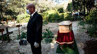Inhumation dans le cimetière d'Aix-en-Provence, dans le sud de la France, le 7 avril 2020.