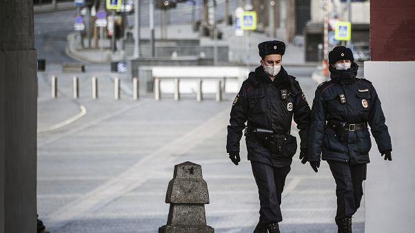 Başkent Moskova'da Covid-19 nedeniyle uygulanan sokağa çıkma yasağında devriye atan maskeli güvenlik güçleri