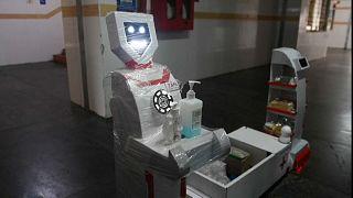 شاهد: روبوت لتقديم الطعام والأدوية للمرضى الخاضعين للعزل الصحي بالهند