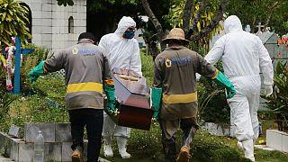 Funeral em Manaus de um brasileiro que morreu contaminado pela Covid-19
