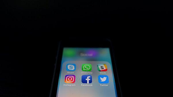 Aplicaciones de mensajería y redes sociales en un smartphone