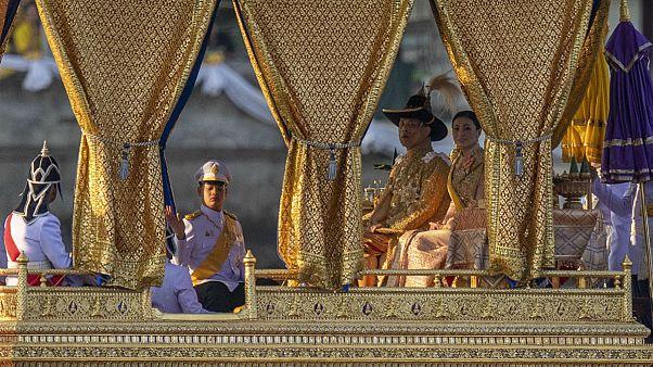خروج پادشاه تایلند از قرنطینه؛ رامای دهم با همسر چهارمش به جشن چاکری رفت