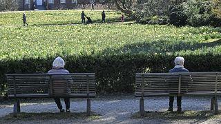 معمّرتان ألمانيتان تجلسان في حديقة بمدينة هيرتن