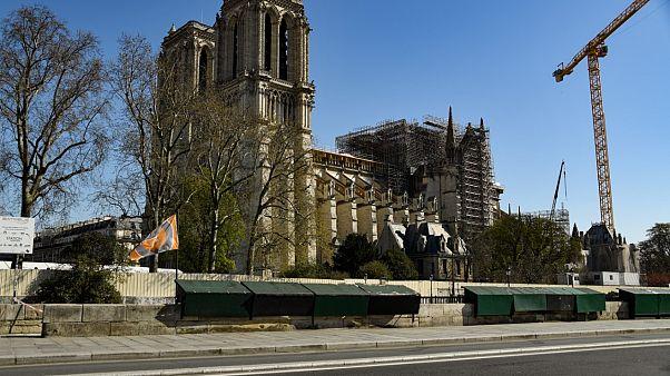 Geçen yıl çıkan yangında büyük zarar gören Notre-Dame Katedrali'nde Kutsal Cuma ayini