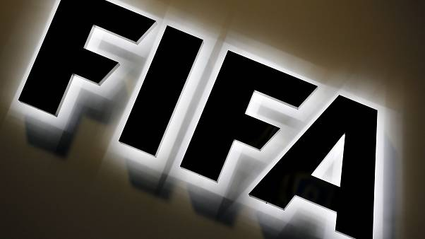 شعار الفيفا أمام المقر في مدينة زوريخ السويسرية. 2015/09/25