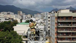 """شاهد: رجل إطفاء برازيلي ينشر بموسيقاه الأمل في مدينة يهددها """"كورونا"""""""
