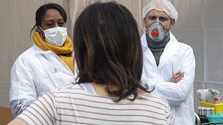 Tízezer fölött a halálos áldozatok száma Franciaországban