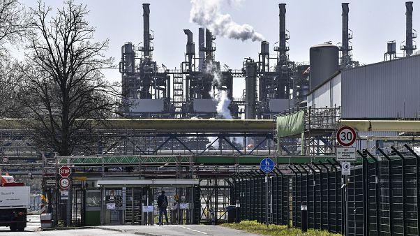 عامل يدخل مصنعا للكيماويات في غيلسنكيرشن، ألمانيا